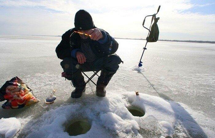 Зимняя рыбалка на две лунки. Хитрый способ, который не оставит без улова