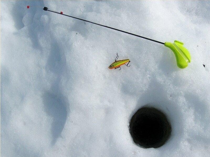 Ловим судака весной по льду. Секреты успеха для новичков