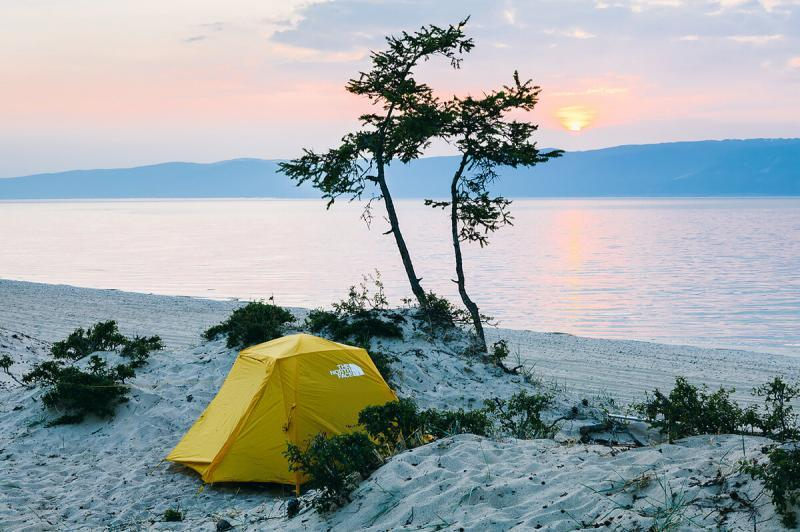 Байкал - это экстремальное развлечение для матерых походников. Но, в палатке, со своей едой там зашибись.