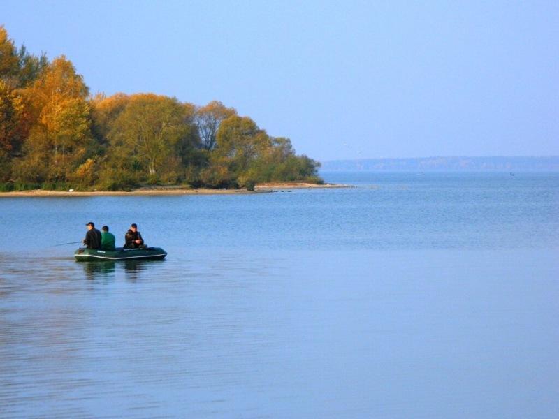 Достать до рыбы. Рыбачим на поплавочку с лодки