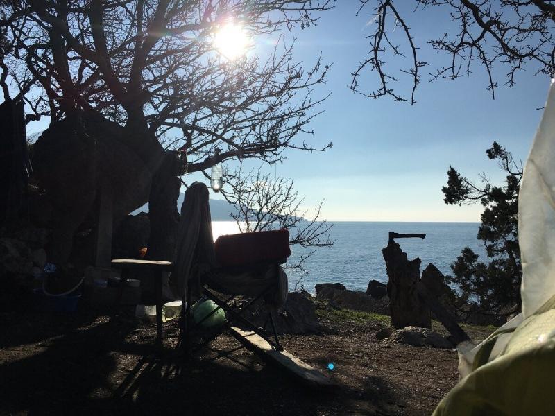 Дневник зимующего в палатке в Крыму. Лесники поймали шашлычников с кострами, а Плавкран встал на якорь