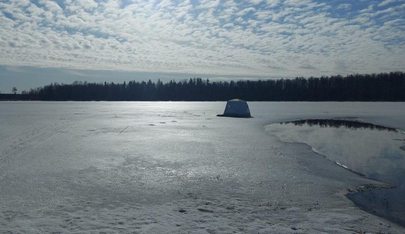 Лед исчез за ночь. Здоровенная промоина возле самой палатки